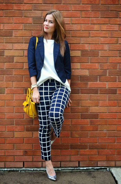 pantalones a cuadros con blazer juvenil y moderno