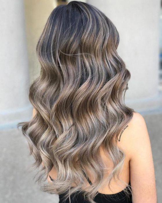 reflejos rubio ceniza sobre cabello largo