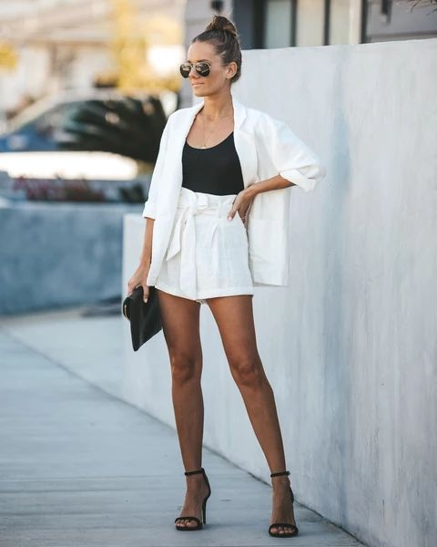 short blanco tiro alto y blazer blanco