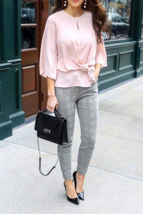 blusa rosada con pantalon gris