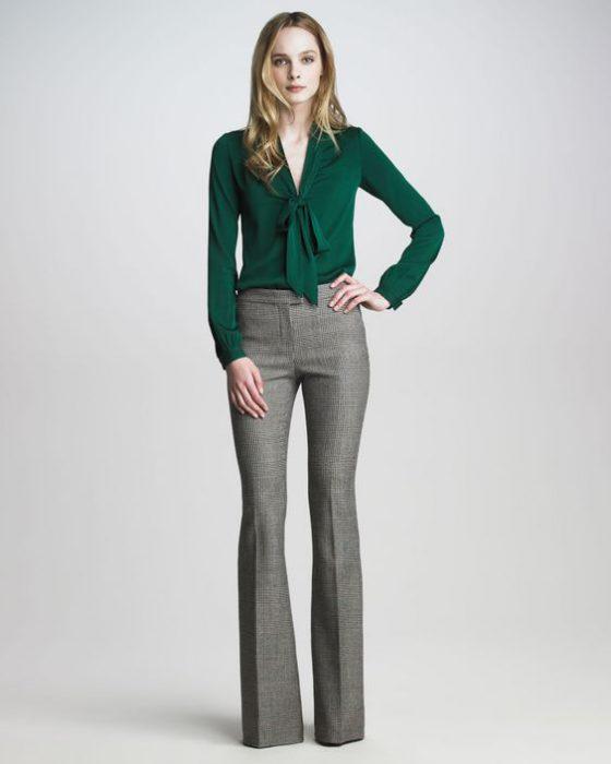 blusa verde y pantalon gris