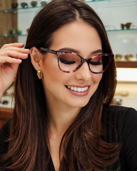cabello lacio en capas y lentes