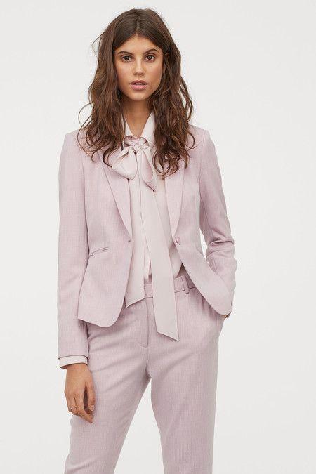 camisa con lazo en el cuello y traje