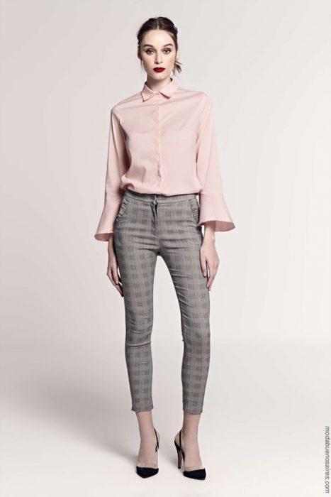 camisa rosada con pantalon gris
