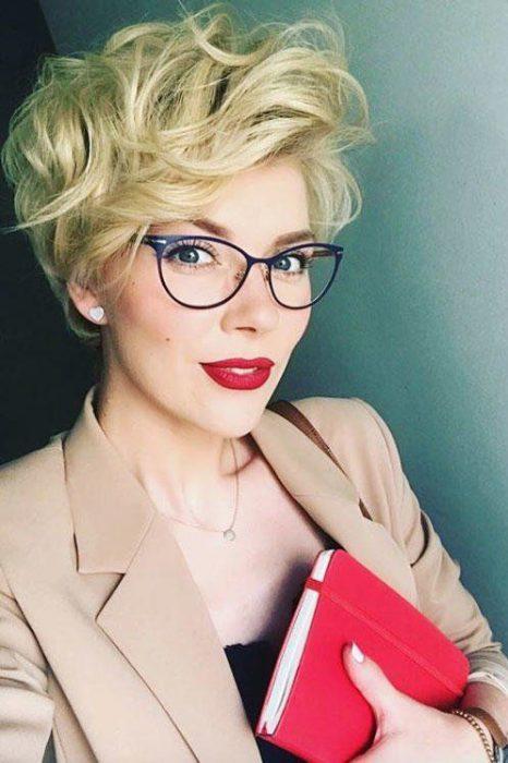 corte duendecillo moderno y lentes