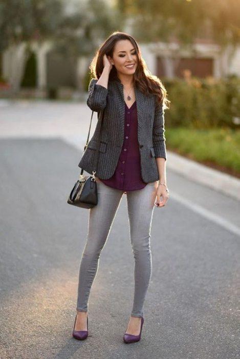 jeans gris y camisa purpura