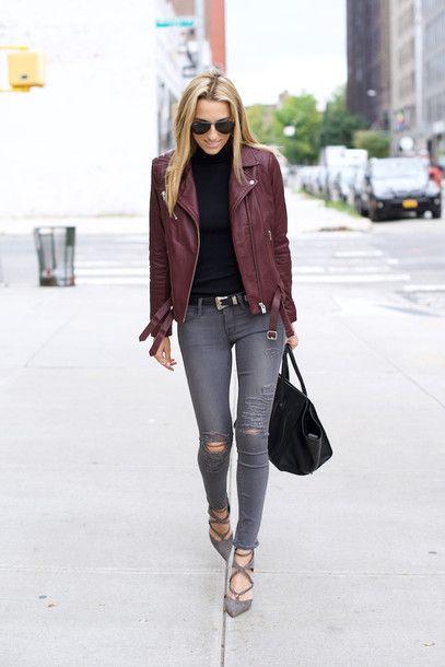 jeans gris y campera de cuero bordo