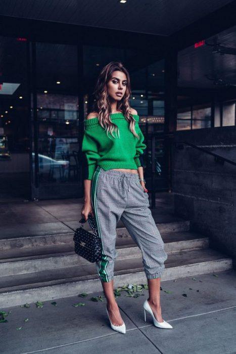 look juvenil con pantalon gris y sweater verde