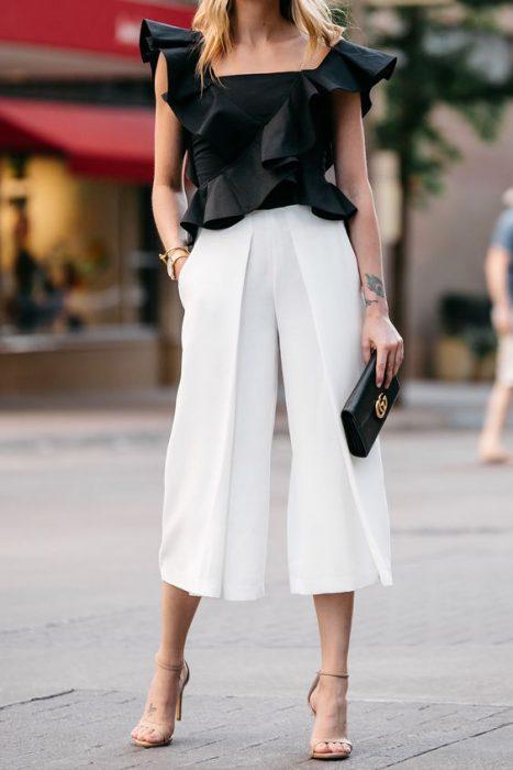 look noche con pantalon de lino blanco