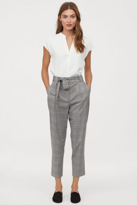 outfit casual con pantalon gris