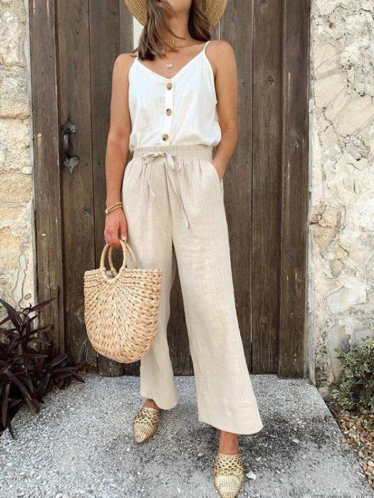 outfit con pantalon de lino para la playa