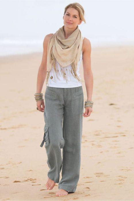 outfit con pantalon de lino para pasear por la playa