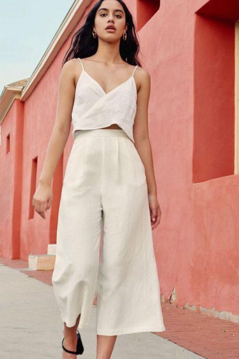 outfit para ir a la playa con pantalon de lino y top