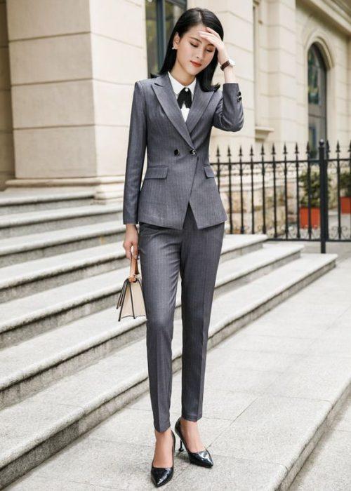 outfit para la oficina con traje gris mujer