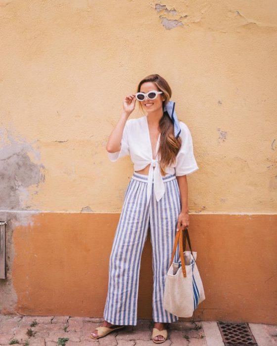 pantalon de lino a rayas para ir a la playa