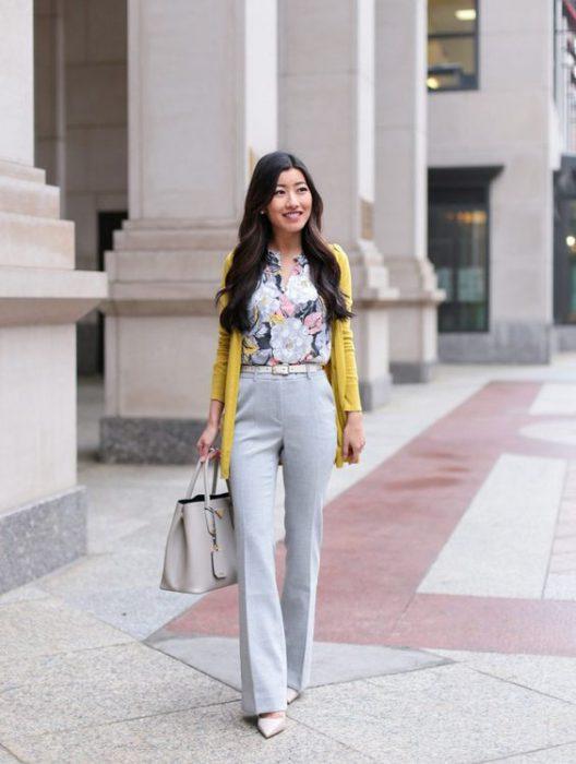 pantalon de vestir con blusa estampada