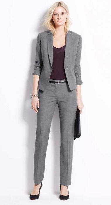 pantalon de vestir gris y blusa purpura