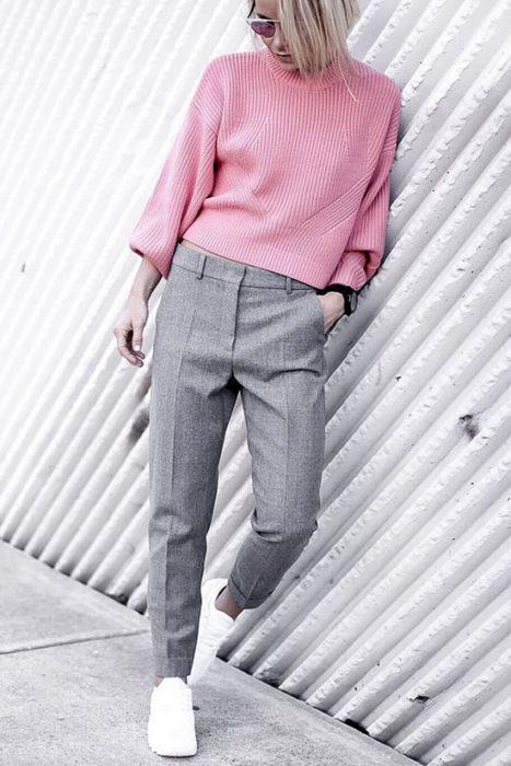 pantalon de vestir gris y sweater rosa