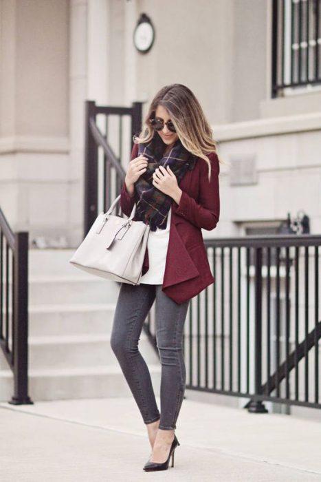 pantalon gris y blazer bordo