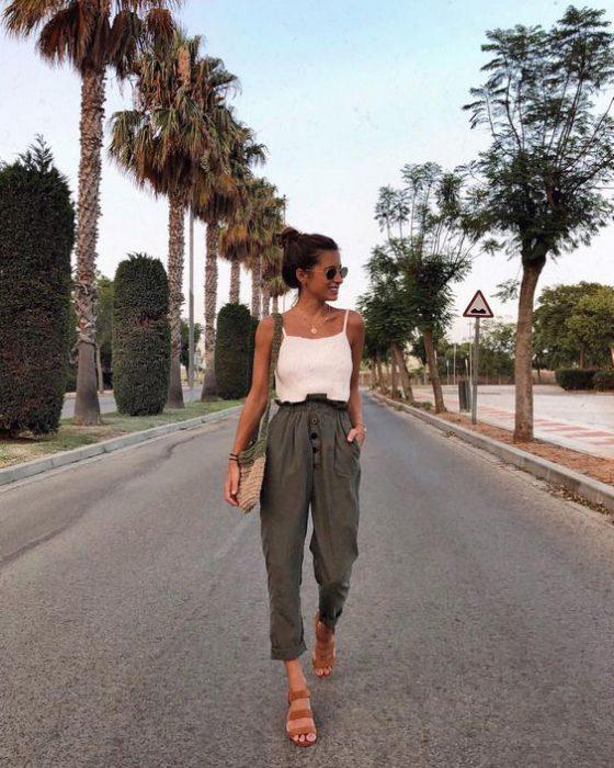 pantalon tiro alto de lino y musculosa verano