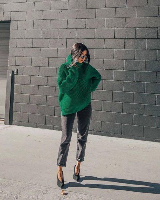 poleron verde esmeralda y pantalon gris
