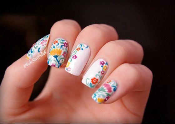 unas con flores coloridas