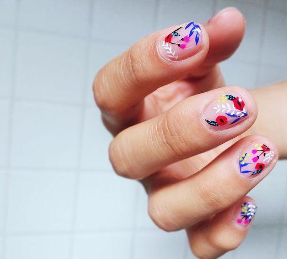 unas con flores multicolores