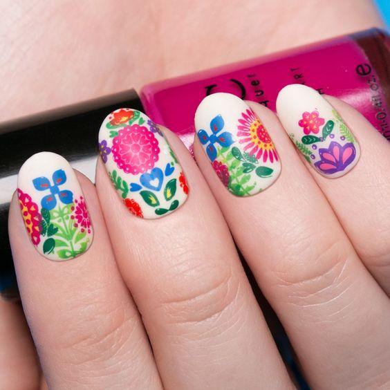 unas decoradas con flores de colores