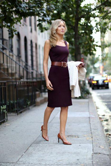 usar vestido al cuerpo con cinto