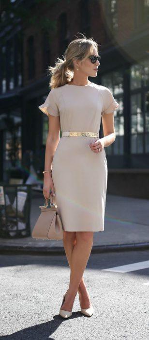 vestido ajustado con cinto dorado