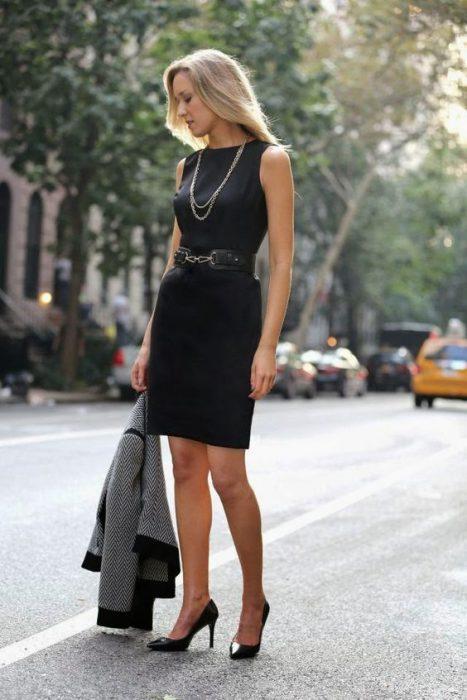 vestido negro con cinto