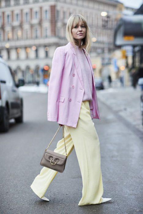 amarillo y rosa pastel outfit