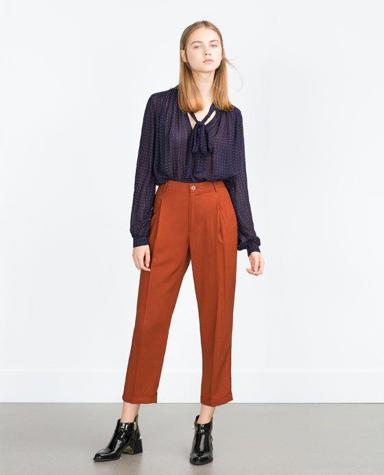 blusa azul con pantalon terracota
