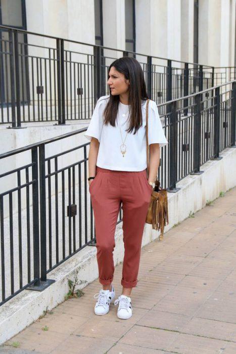 blusa blanca y pantalon ladrillo
