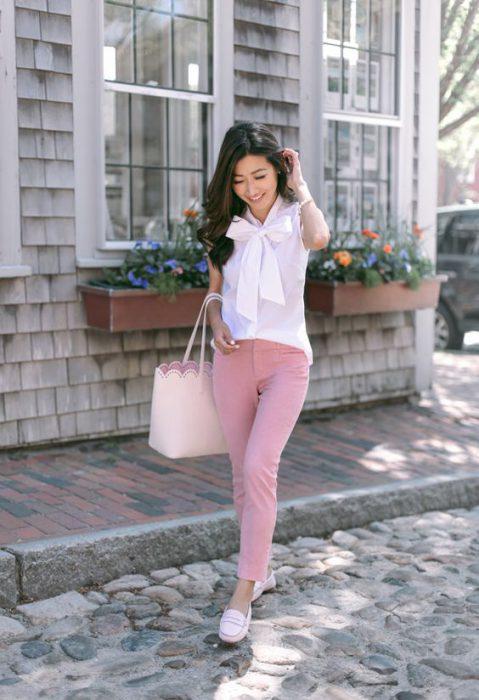blusa blanca y pantalon rosa