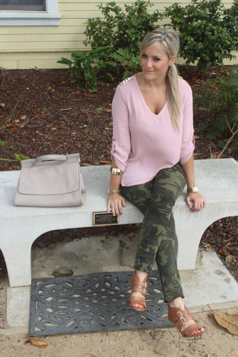 blusa rosa con pantalon camuflado