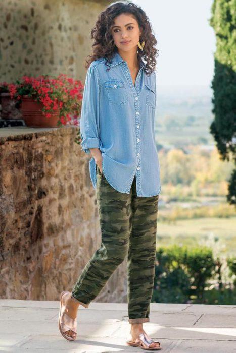 camisa de jeans y pantalon camuflado
