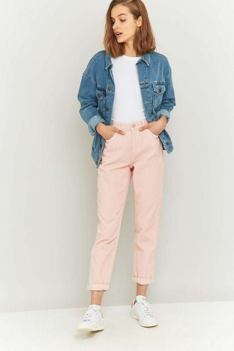 jeans rosa y zapatillas