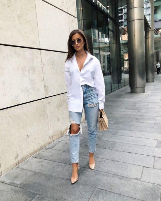 jeans tiro alto y camisa suelta