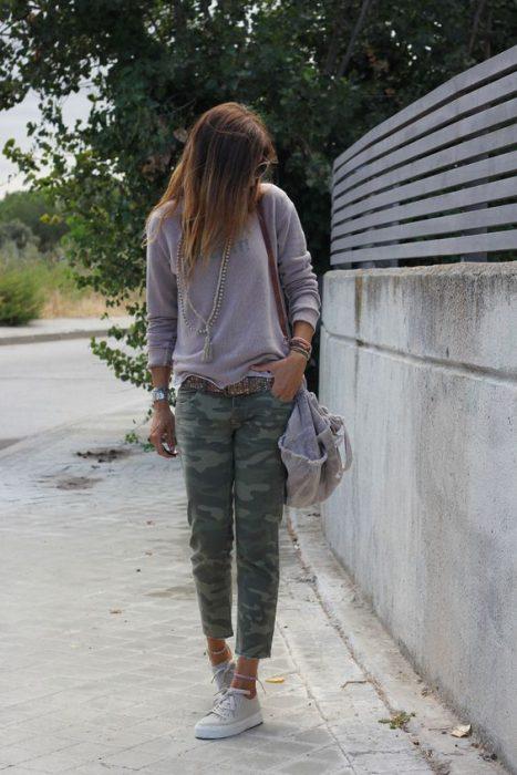 lila pastel con pantalon camuflado
