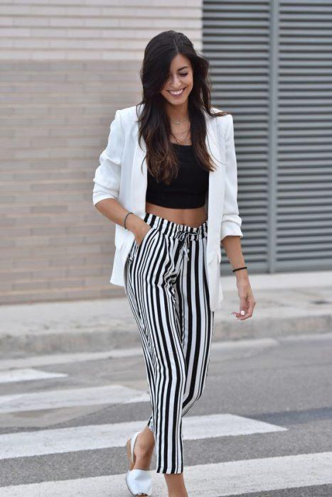 look con pantalon a rayas casual