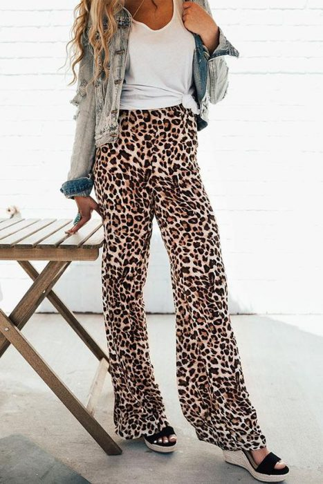 look informal con pantalon animal print