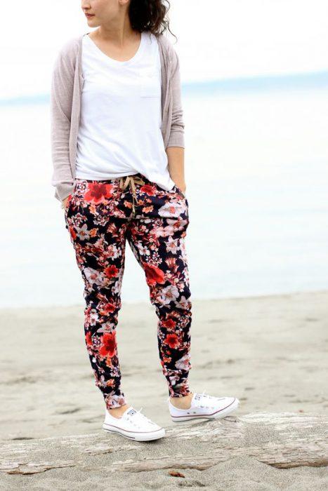 look informal con pantalon pijama floreado