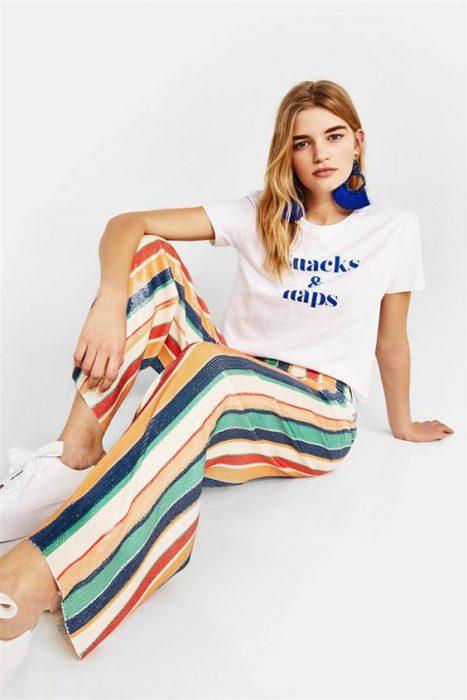look juvenil con pantalon a rayas colores