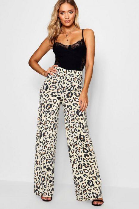 look noche con pantalon animal print
