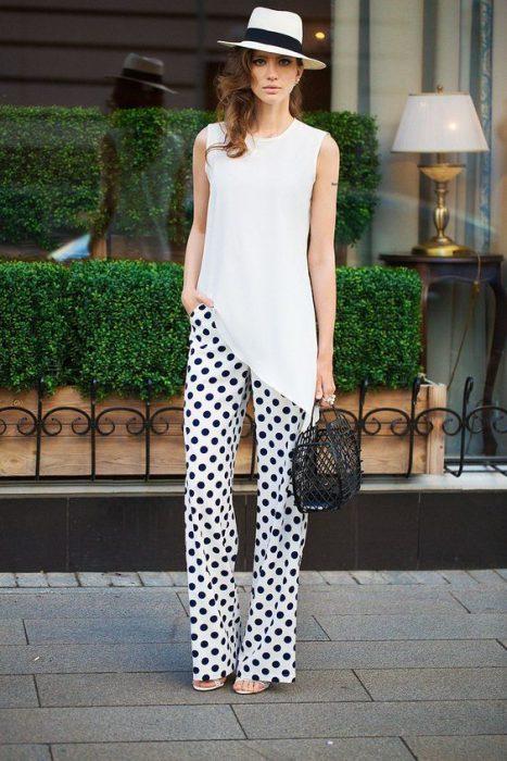 look urbano con pantalon a lunares