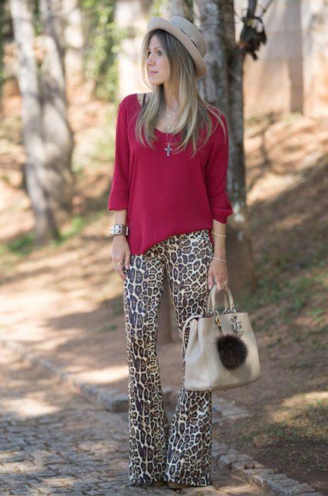 look urbano con pantalon leopardo