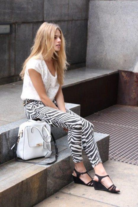 outfit casual con pantalon cebra