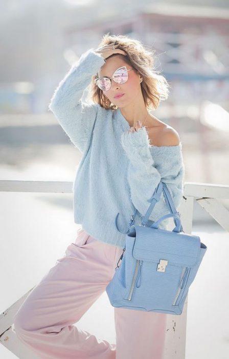 outfit celeste y rosa pastel