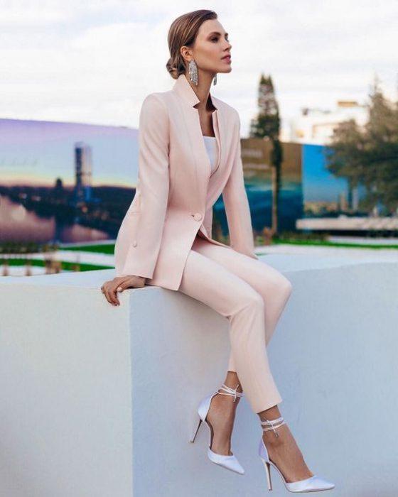 outfit para la oficina con traje rosa